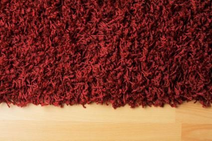 Röd ryamatta på laminatgolv